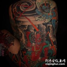 男性后满背彩色传统纹身日本神话人物风神雷神纹身图片