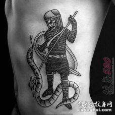 男生腰侧上黑色线条点刺技巧士兵与蛇纹身图片