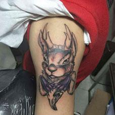 大臂欧美兔子纹身