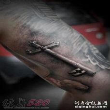 创意十足的抽象线条简单十字架纹身图案