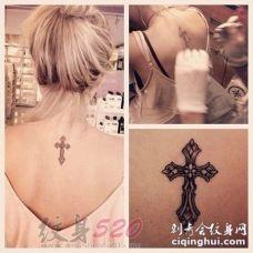 女生背部黑色线条创意花纹十字架纹身图片