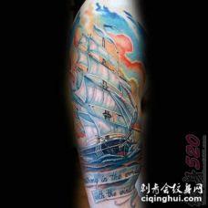 男生手臂上彩绘水彩创意帆船花臂纹身图片