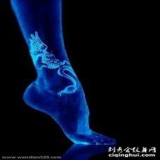 女生脚踝上白色抽象线条动物龙隐形纹身图片