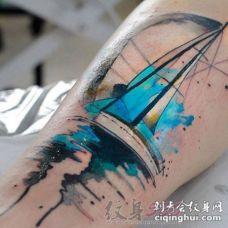 男生大腿上黑色线条素描帆船水彩泼墨纹身图片