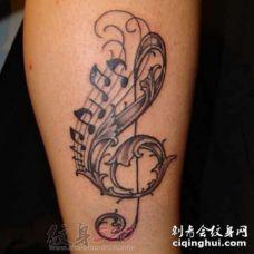 撩人心弦的流畅简单线条音符纹身图案