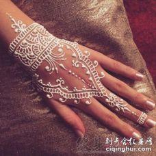 女生手背上白色线条创意花纹唯美手链纹身图案