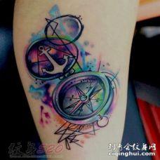 手臂上黑色素描创意个性超写实3d指南针纹身图案