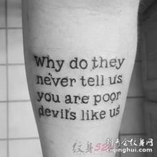 男生手臂上黑色简单英文纹身图片