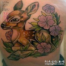 女生侧腰上彩绘植物素材花朵和小鹿斑比纹身图片