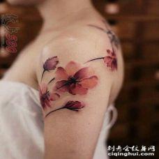 女生彩色经典水墨花朵纹身图案