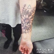 女生手臂上黑灰素描唯美花朵半花臂纹身图片