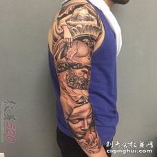 男生手臂上黑灰点刺技巧人物肖像花臂纹身图片
