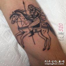 男生手臂上黑色抽象线条马和人物肖像纹身图片