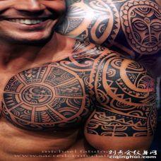 霸气十足的男生手臂上黑色线条几何元素创意图腾花臂纹身图案
