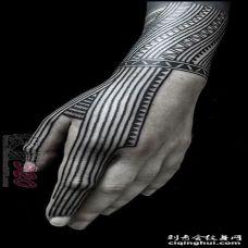 男生手臂上黑色图腾纹身图案