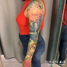 女生手臂上彩绘植物素材花朵和小鸟花臂纹身图片