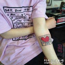 女生手臂上黑色线条创意爱心纹身图片