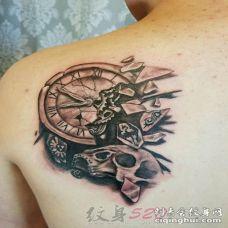 男生背部黑色素描钟表和骷髅头石裂纹身图片