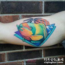 男生手臂上彩绘几何元素树和小鱼纹身图片