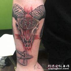 男生手臂上黑灰点刺技巧抽象线条羊头纹身图片