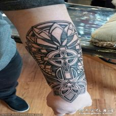男生手臂上黑色线条创意花纹图腾纹身图片