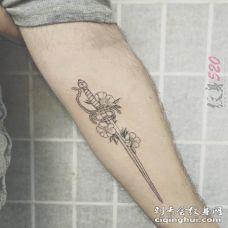 女生手臂上黑色线条文艺小清新花剑纹身图片