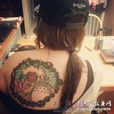 女生肩部彩绘技巧抽象线条龙猫动漫人物纹身图片