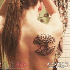 女生背部黑色素描生命树纹身图片