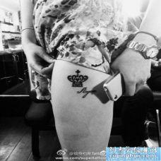 女人腿部流行的图腾皇冠纹身图片