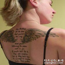 女人后背翅膀字符刺青
