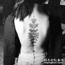 脊椎部的创意精致的图腾纹身图片