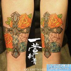 女人手臂精美的十字架钻石纹身图片