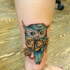 女生腿部时尚潮流的猫头鹰爱心锁钥匙纹身图案