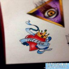 一幅小巧时尚的爱心纹身手稿