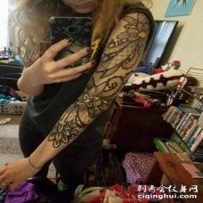 女生手臂上黑色线条花臂花朵纹身图片