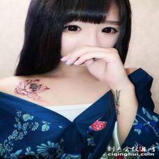 美女锁骨处清新自然的莲花刺青