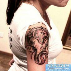 一幅女人胳膊象神纹身图片