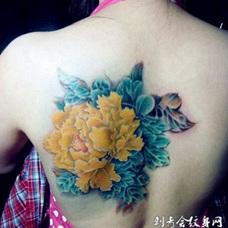 美女背部好看的黄色牡丹纹身