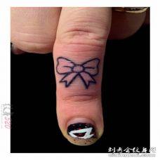女生手指上黑白文艺小清新简约线条纹身图案