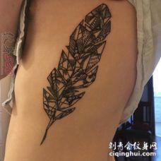 女生侧腰上黑色几何元素抽象线条羽毛纹身图片