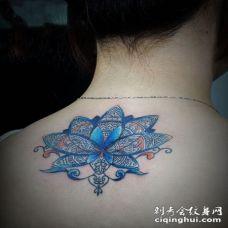 美女后背蓝色梵花魅惑写真纹身