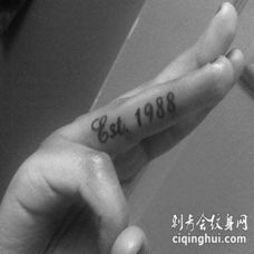 手指纹身的英文字母 手指头上漂亮的英文荧光字母纹身
