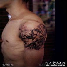 手臂黑灰天使纹身图案