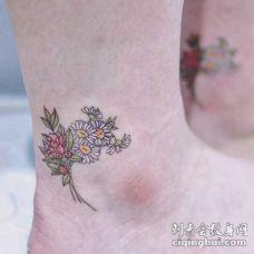 纹身脚踝小花 脚踝上漂亮的小花和英文字纹身图片