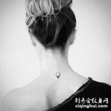 后颈部纹身 女生后颈部黑色的麋鹿纹身图片