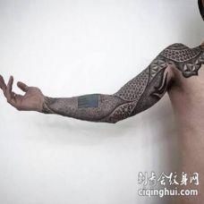 图腾大黑臂几何设计纹身 拉斯维加斯的纹身艺术家Brandon Crone作品