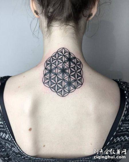 国外女子颈椎部位黑色的五角形灵花纹身