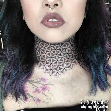 美国一女子脖子都纹上了点刺风格的灵花图案