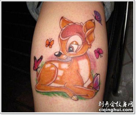 小腿肚子处可爱的小鹿卧着的纹身图案