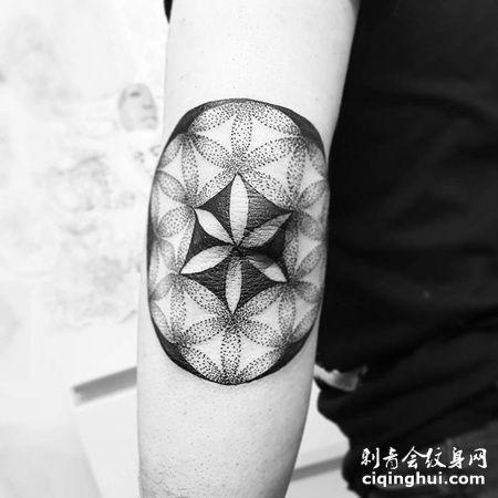 中间黑色四周点刺的个性灵花纹身